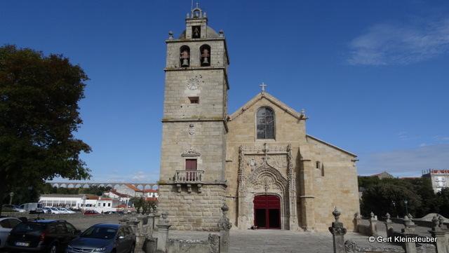 Igreja Matriz de São João Baptista (im Hintergrund das Aquädukt)