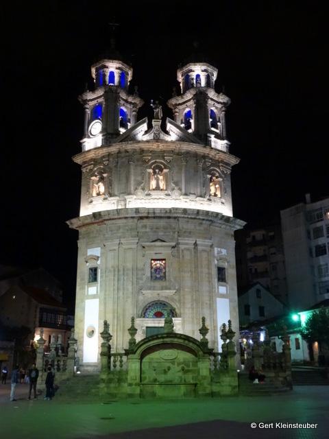 Sanktuarium de Virxe Peregrina Vor dem zu Bett gehen machen wir noch eine Runde um die Basilika Santa Maria, um das angestrahlte Südportal zu fotografieren.