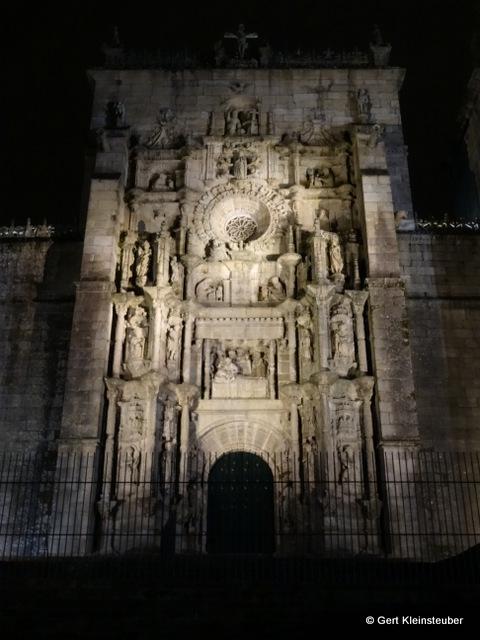 Südportal der Basilika Santa Maria bei Nacht In einem kleinen Straßenlokal sind wir danach die letzten Gäste. Bei einem Glas Rotwein lassen wir den Tag ausklingen. Bis morgen!